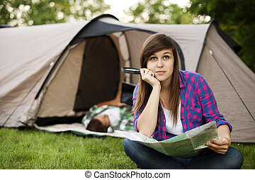 piękna kobieta, posiedzenie, młody, przód, namiot