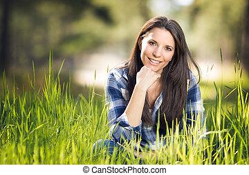 piękna kobieta, trawa