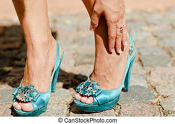 piękny, błękitny, ból, obuwie, ręka, wysoki, dotykanie, kostka, nogi, pięta