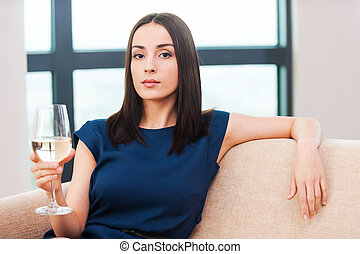 piękny, brązowy, kobieta, suknia, piękno, posiedzenie, młody, leżanka, włosy, szkło, wieczorny, dzierżawa, biały, wino., wino