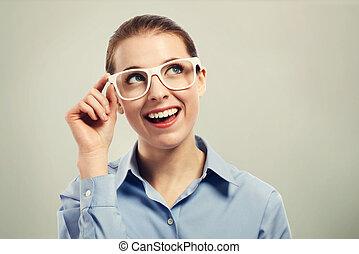 piękny, chodząc, kobieta przypatrują się, handlowy, biały, okulary