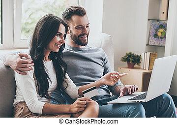 piękny, co, kobieta spoinowanie, jej, posiedzenie, get., laptop, młody, razem, leżanka, kredyt, znowu, mąż, wybierając, dzierżawa, uśmiech, karta