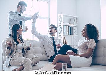 piękny, człowiek, mały, coworkers, biuro, posiedzenie, udzielanie, deserve, oni, dwa, leżanka, wysoka-piątka, ich, znowu, kawa, rest., dzierżawa, uśmiech, filiżanki, przystojny