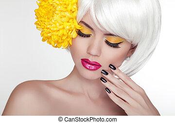 piękny, doskonały, kobieta, samica, flower., piękno, face., makijaż, tło, odizolowany, żółty, manicured, skin., jej, świeży, blond, zdrój, portret, biały, dotykanie, nails.