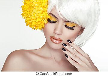 piękny, doskonały, kobieta, samica, jej, piękno, face., makijaż, tło, odizolowany, żółty, manicured, flowers., dotykanie, świeży, blond, zdrój, skin., portret, biały, nails.