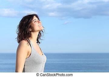 piękny, dziewczyna, dychając, plaża, uśmiechanie się