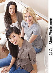 piękny, grupa, trzy, międzyrasowy, uśmiechanie się, przyjaciele, kobiety