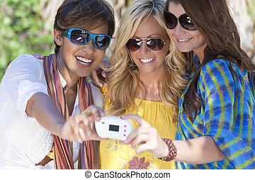 piękny, location., ich, obrazy, wpływy, śmiech, młody, urlop, tropikalny, uciekanie się, znowu, dwudziestki, trzy, cyfrowy, zabawa, używając, sobie, aparat fotograficzny, posiadanie, kobiety