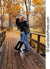piękny, para, wiek średni, jesień, outdoors, całowanie, dzień, szczęśliwy