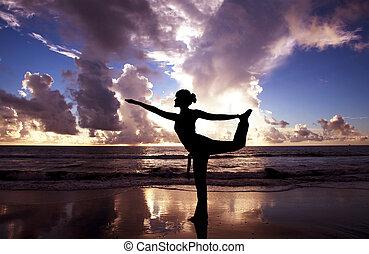 piękny, plaża, kobieta, yoga, wschód słońca
