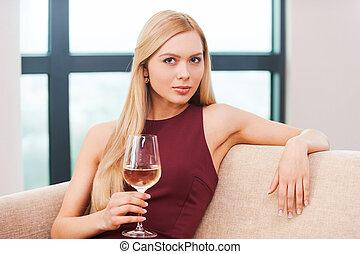 piękny, suknia, kobieta, blond, posiedzenie, beauty., młody, leżanka, włosy, szkło, wieczorny, dzierżawa, biały, czuciowy, wino