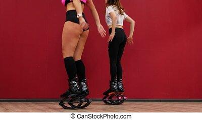 piękny, trening, mięśnie, udo, kuca, ściana, kroki, tło, czyścibut, pośladkowy, wzmacniać, występuje, kangoo, sexy, dziewczyna, lekkoatletyka, springs., muscles., czerwone obuwie