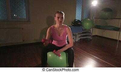 piłka, pracujący, sala gimnastyczna, młoda kobieta, dumbbells, ruch stosowności, poza