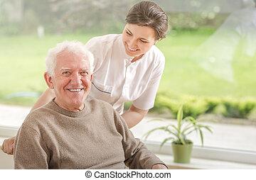 pielęgnacja, dom, starszy, porcja, człowiek, uśmiechanie się, caregiver, szczęśliwy