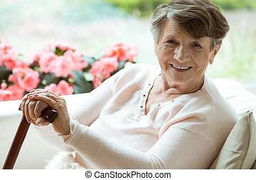 piesza pałka, kobieta uśmiechnięta