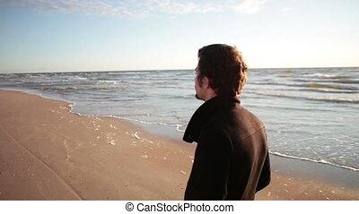 pieszy, jego, marynarka, młody, back., brzeg, czarne morze, słońce, wzdłuż, człowiek, lustrzany
