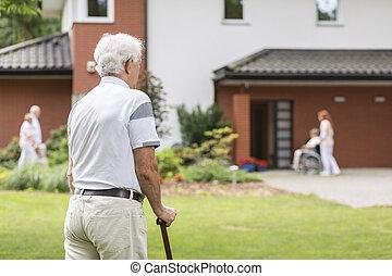 pieszy, pielęgnacja, dom, sztag, wtykać, podczas, starszy człowiek