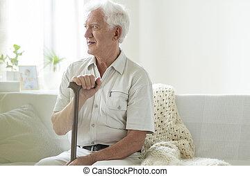 pieszy, pielęgnacja, odprężając, dom, wtykać, starszy człowiek, szczęśliwy