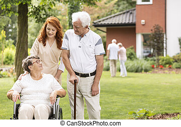 pieszy, wheelchair, starszy, następny, babcia, wtykać, pielęgnować, człowiek