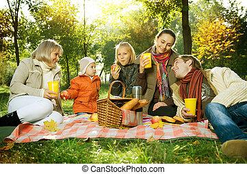 piknik, rodzina, cielna, jesień, park., szczęśliwy