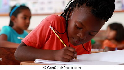 pisanie, dziewczyna uśmiechnięta, mały