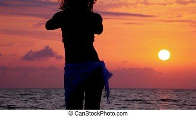 plaża, kobieta, sylwetka, morze, taniec, niebo, młody, zachód słońca, tło