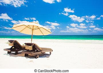plaża., parasol, krzesła, dwa, ferie, piasek plaża