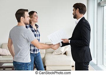 pośrednik w sprzedaży nieruchomości, prawdziwy, transakcja, stan, para, albo, ziemianin, dzierżawcy, uzgadnianie, ustalać