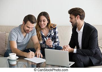 pośrednik w sprzedaży nieruchomości, renters, dzierżawcy, spotkanie, para, kontrakt, znak, czynsz, albo, szczęśliwy