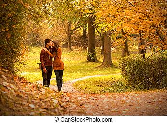 pocałunek, park, jesień