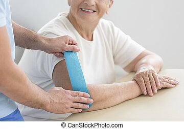 podczas, starsza kobieta, terapia, kinesiotaping
