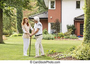podpórkowy, pieszy, ogród, wtykać, uśmiechanie się, caregiver, starszy człowiek