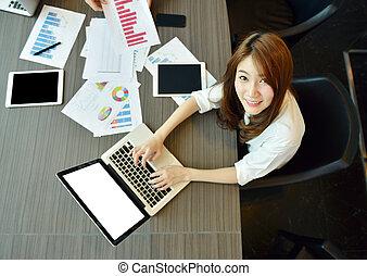 pokój, handlowy, laptop, asian, czysty, używając, dziewczyna, spotkanie, ekran