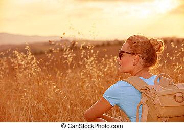 pole, cieszący się, pszenica, zachód słońca