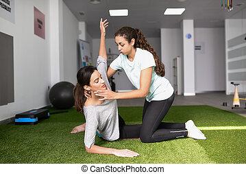 pomagając, kobieta, młody, terapeuta, kaukaski, ruch, fizyczny