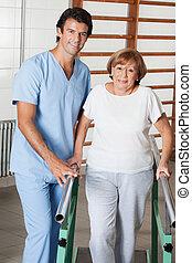 pomagając, kobieta, sala gimnastyczna, rejestry adwokatów, chód, terapeuta, portret, senior, szpital, poparcie, fizyczny