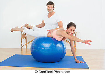 pomagając, kobieta, yoga, piłka, terapeuta, fizyczny