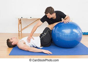 pomagając, piłka, yoga, młody, terapeuta, człowiek, fizyczny