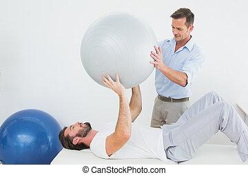 pomagając, piłka, yoga, terapeuta, fizyczny, człowiek