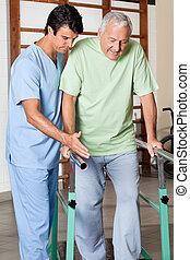 pomagając, poparcie, rejestry adwokatów, chód, terapeuta, starszy człowiek