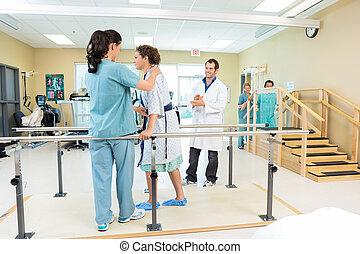 pomagając, terapeuta, pacjent, pieszy, fizyczny