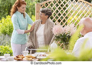 pomagając, udział, pielęgnacja, dozorca, starszy, piechur, popołudnie, kobieta, prywatny, czas, konserwator, podczas, home., patio, ogród