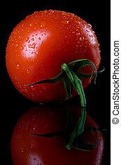 pomidor, surowy, czarne tło