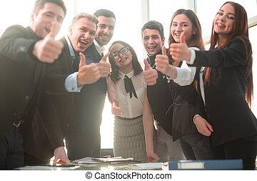 pomyślny, ludzie, do góry, uśmiechanie się, kciuki, handlowy
