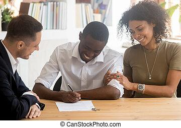 porozumienie, pośrednik w sprzedaży nieruchomości, czarnoskóry, znak, para, podniecony, biuro