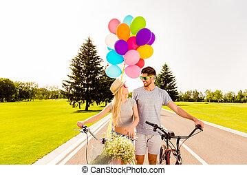 portret, pieszy, szczęśliwy, balony, miłość, para, bicycles