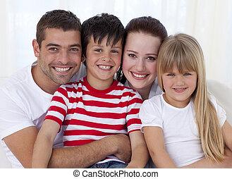 portret, sofa, uśmiechanie się, razem, rodzina, posiedzenie