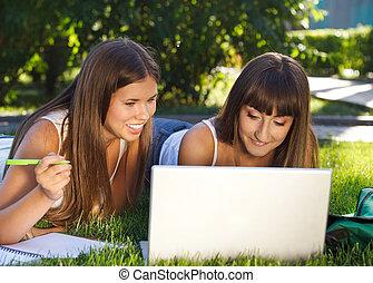 posiadanie, szczęśliwy, młody, zabawa, komputer, dziewczyny, używając
