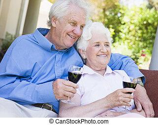 posiedzenie, para, szkło, outdoors, senior, posiadanie, czerwone wino