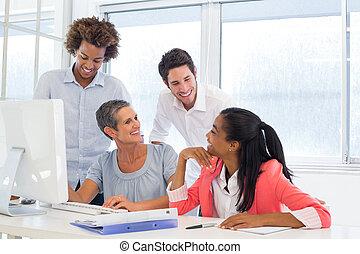 pracownicy, przypadkowy, dyskutując, uśmiechanie się